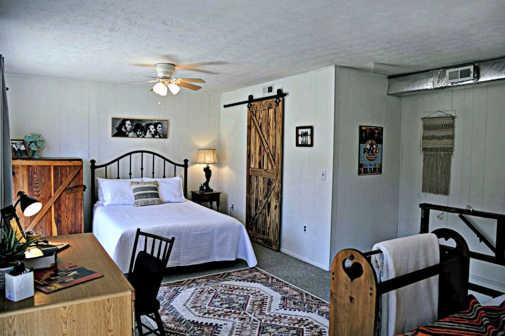 2 queen beds and full bath upstairs