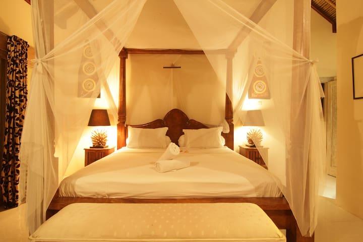 Huge King size 4 poster bed Main bedroom