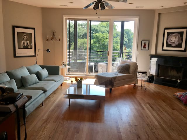Beautiful Room in Trendy Wicker Park-Free Parking!