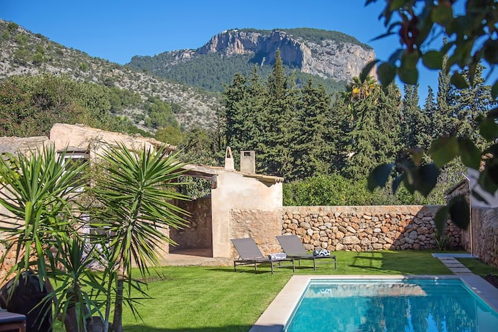 Stunning mountain views and a pool in Alaro