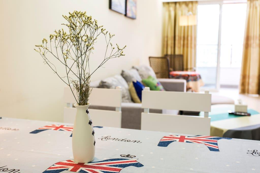 客厅宽敞明亮,休闲、餐饮皆可满足