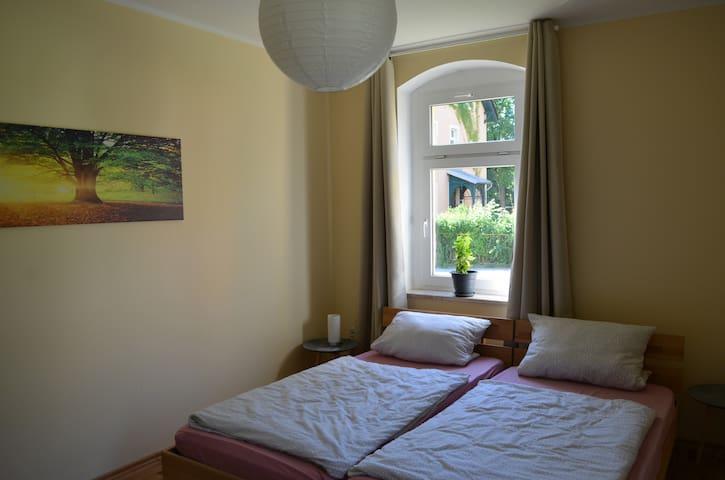 Schlafzimmer 1: mit zwei zusammengestellten Einzelbetten (können bei Bedarf auch einzeln gestellt werden)
