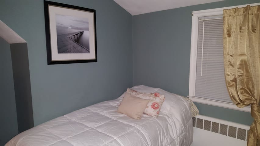 Clean Comfortable room - Very close to Downtown - West Hartford