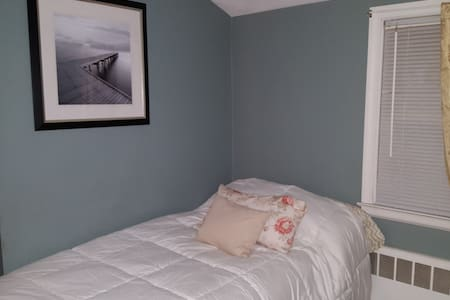 Clean Comfortable room - Very close to Downtown - West Hartford - House