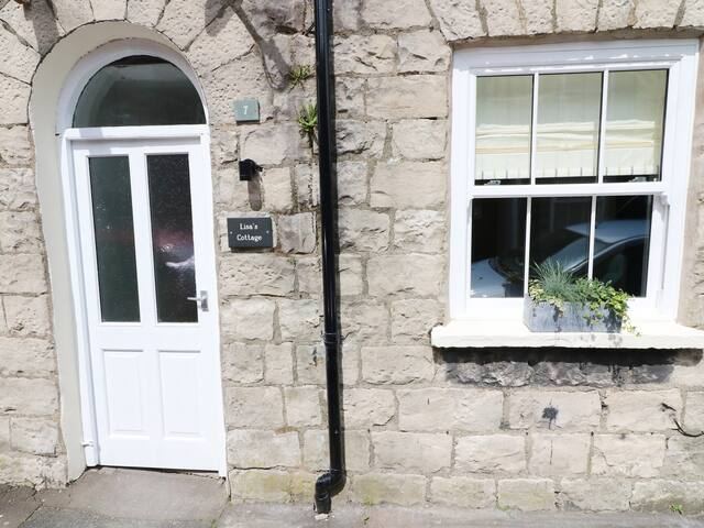 LISA'S COTTAGE, with a garden in Kendal, Ref 976744