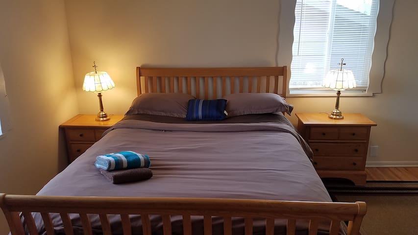 Queen Serta Pillowtop, 420 Patio, Desk, HiS WiF b2