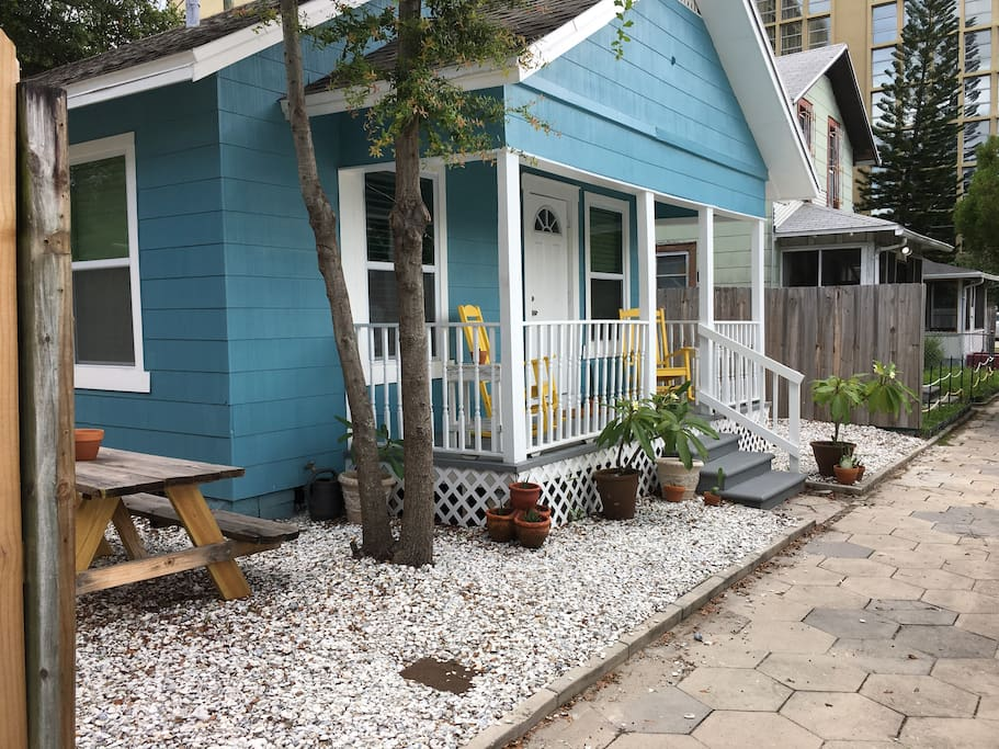 tiny house downtown st pete surprisingly spacious houses for rent in saint petersburg. Black Bedroom Furniture Sets. Home Design Ideas