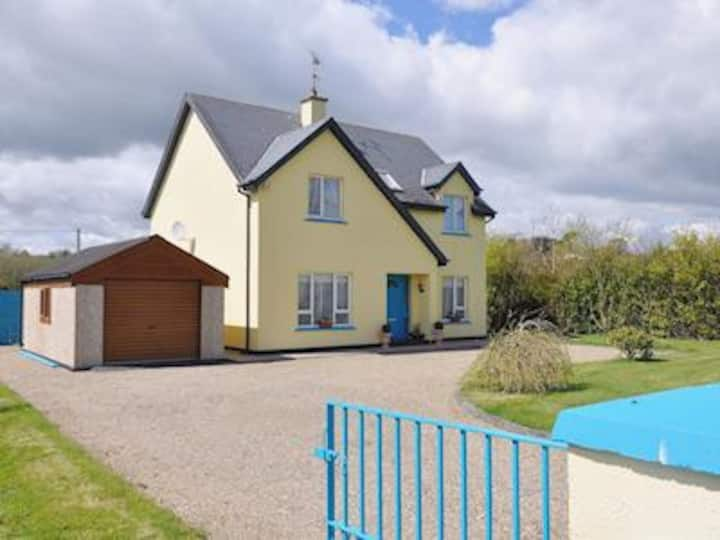 Stunning 4 Bed House close to Beach and village