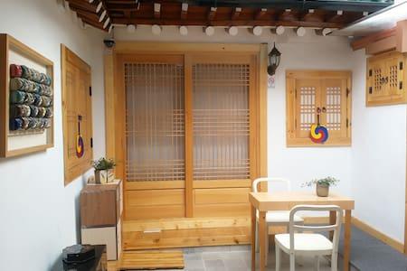 Seoul Lucky GuestHouse, Single Room3+Private Bath - Jongno-gu - Bed & Breakfast