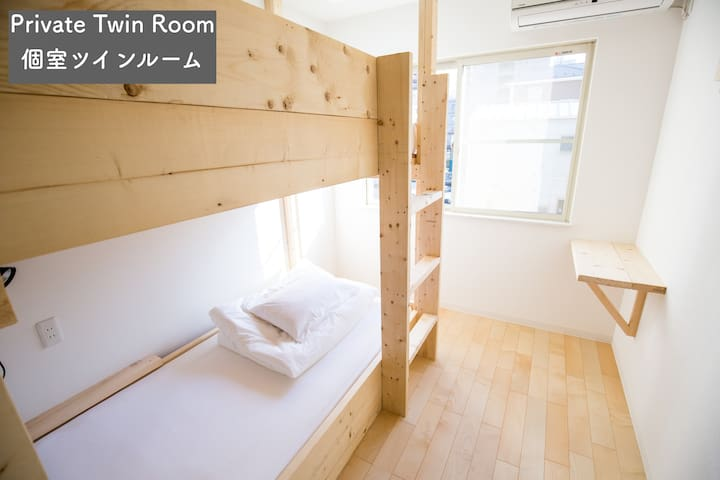 Twin Room IZA Enoshima Guest House & Bar