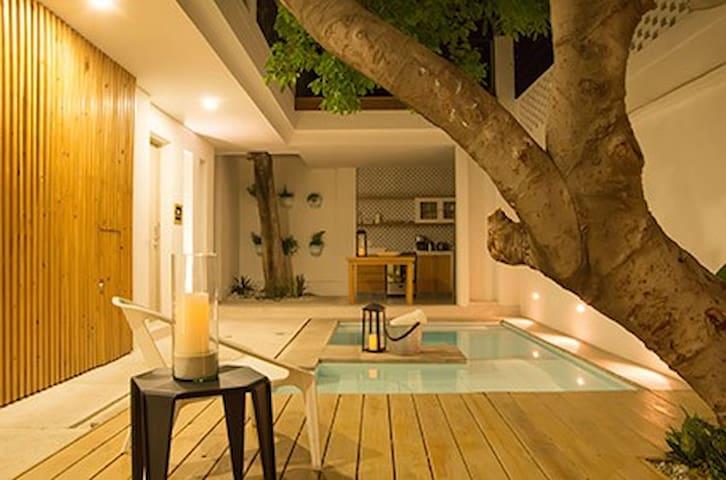 patio, piscina y cocina al fondo