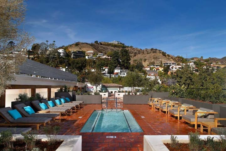 Hollywood Views, Penthouse, rooftop pool & hot tub