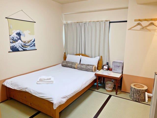 双人床或单人铺垫房间