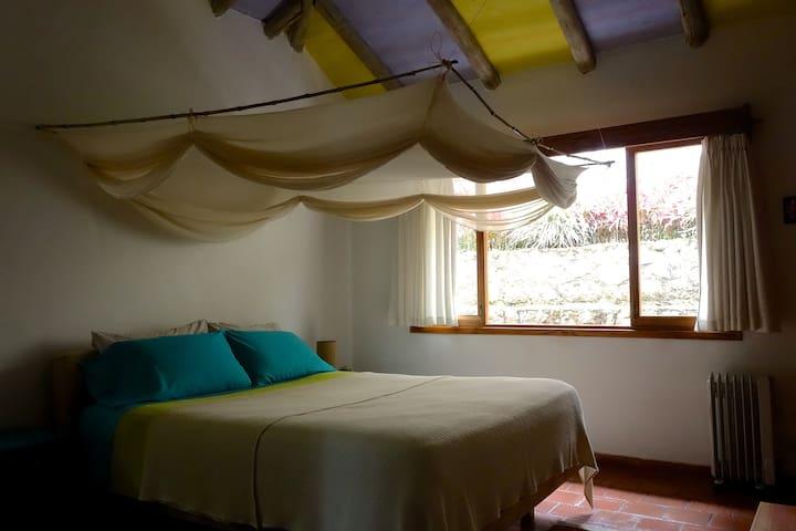 Habitación cama Queen y baño privado en El Romerón