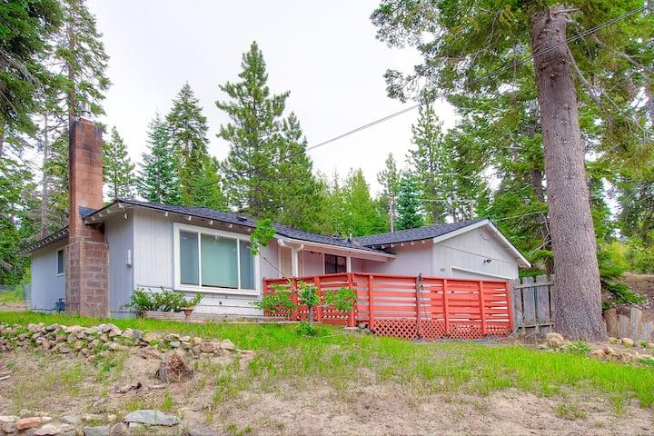 Sweet Cabin w/BBQ, Fireplace, Large Deck, Pet Friendly, by Heavenly (NVH0861)