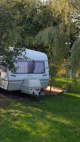 Retro 80's caravan in rural retreat - Othery