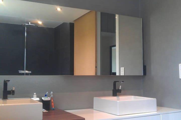 Chambre moderne et calme - Saint-Clair-du-Rhône - Casa