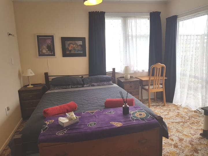 Large spacious dble room with 2 beds