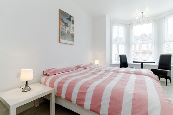 A NEW CHARMING STUDIO EN SUITE. PARKING TRANSPORT - Londres - Apartamento