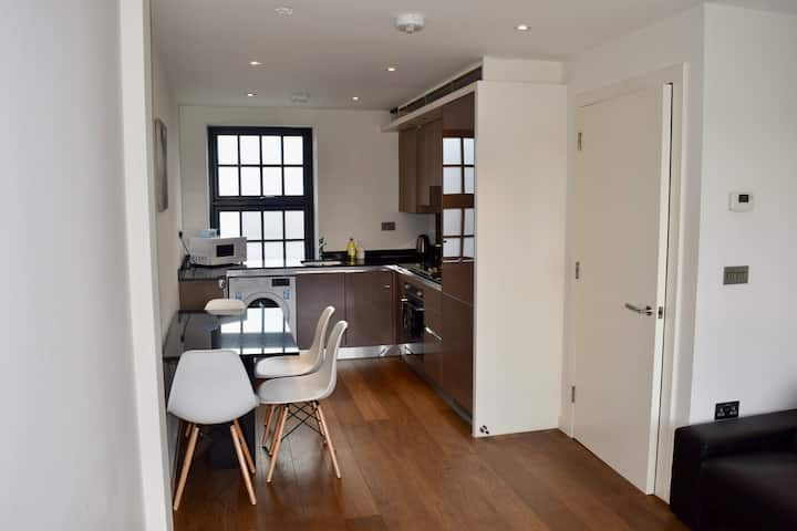 Bright and Modern Central London apartment (OM5)