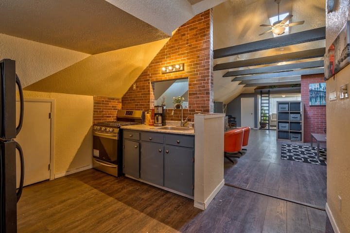Beautiful and Unique Loft With a View In Downtown!