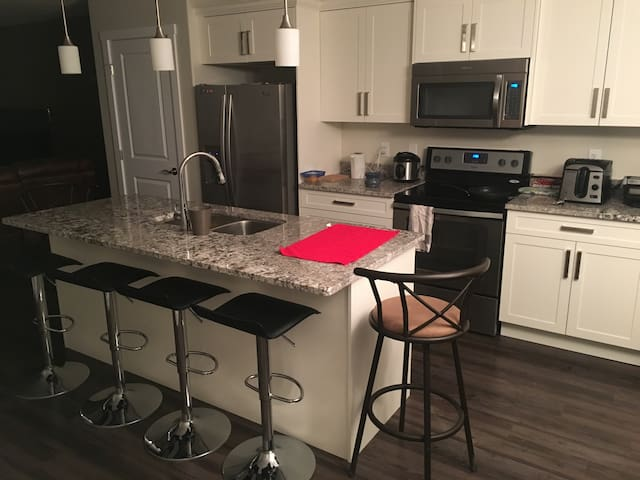 Private room in a new town house - Saskatoon - Townhouse