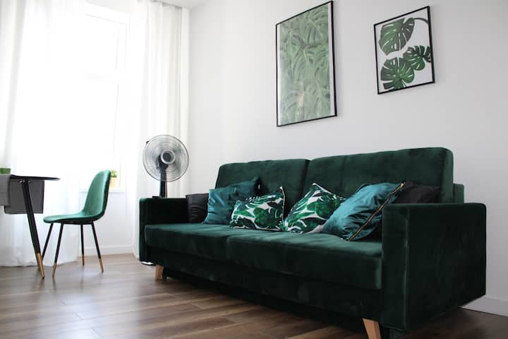 Green Modern studio apt with balcony in Old Town ❤