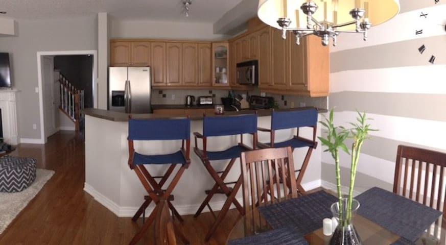 Bright, spacious bedroom & private bath - Burlington - Dům