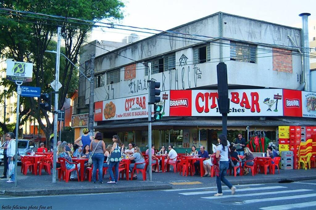 Excelente local pra se comer um tradicional bolinho de bacalhau ou tortas de frango. Almoço executivo barato e ainda a possibilidade de bater um papo tomando uma cerveja geladíssima na calçada. Funciona de segunda a sábado das 08 à 00:00h