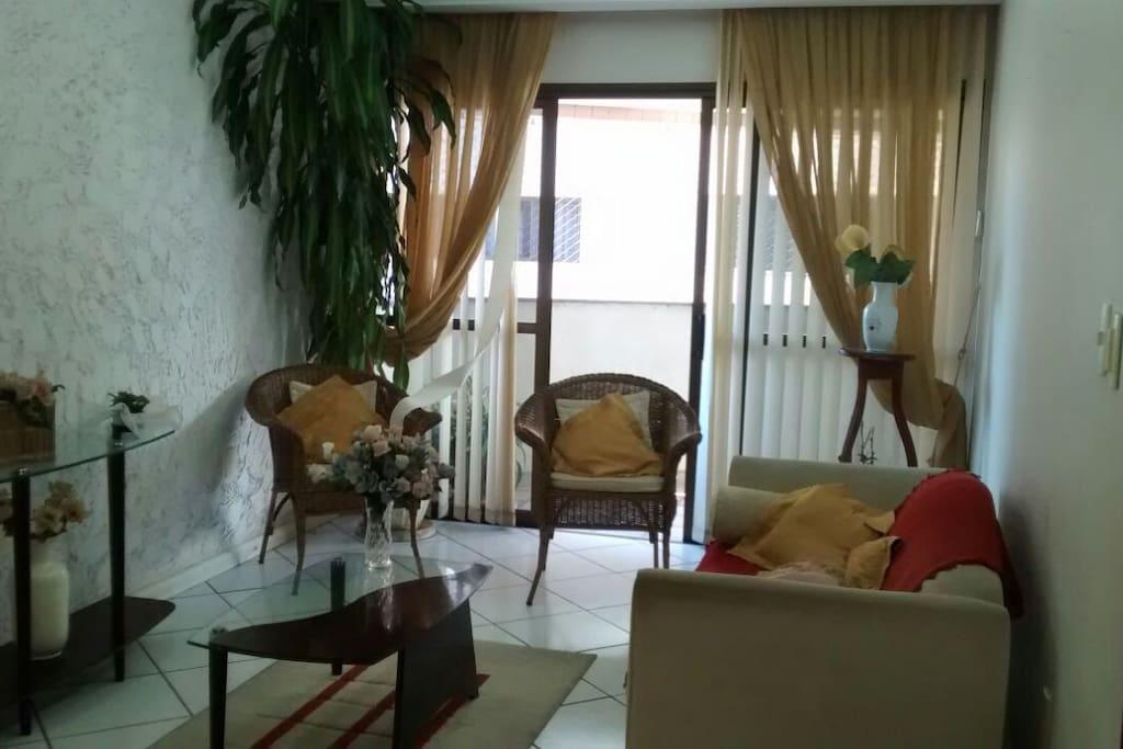 Sala de estar (de dia) integrada com sala de jantar.