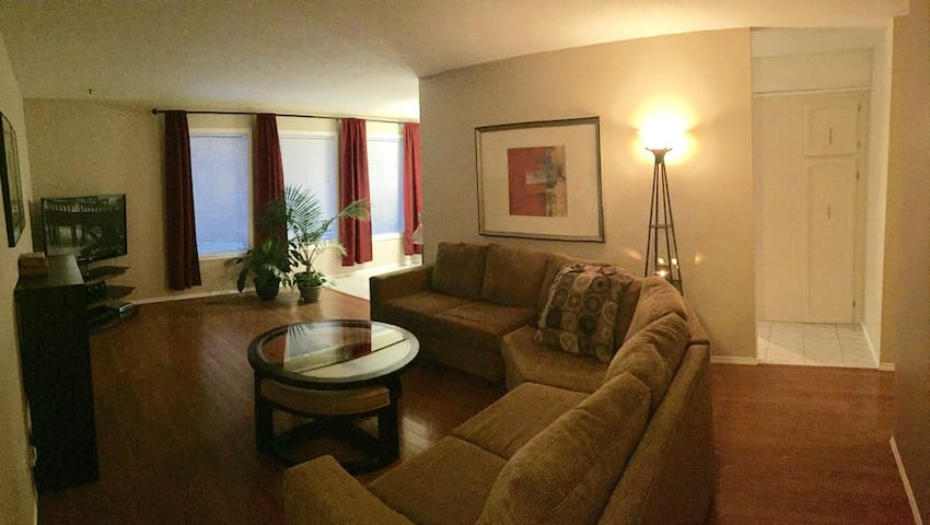 Your private home away from home! (2 bedroom) - Saskatoon - Casa