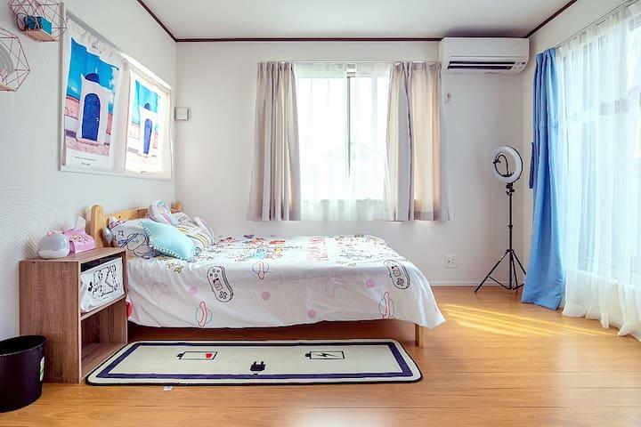 二楼14平方海景房,配备1.4米的双人床。设施俱全。早晨起来是可以看海的哦!