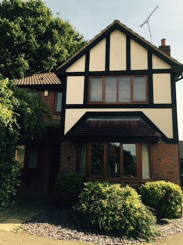 1 of 2 double rooms in friendly Bracknell home - Bracknell - Oda + Kahvaltı