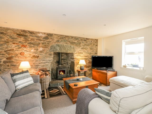 ROSE COTTAGE, family friendly, with open fire in Strachur, Ref 24071
