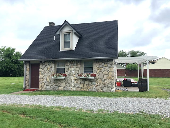 Charming, Cozy, Cottage, Minutes to Louisville