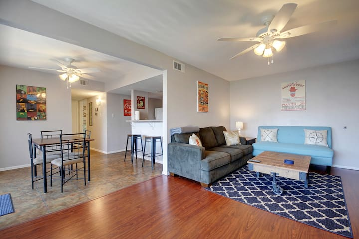 Cozy Value Space w/ Pool - 2 Bath - 7 Min to DT