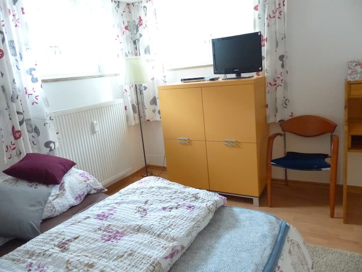 Cosy Apartment in Former Rose Nursery with Garden; Parking Available