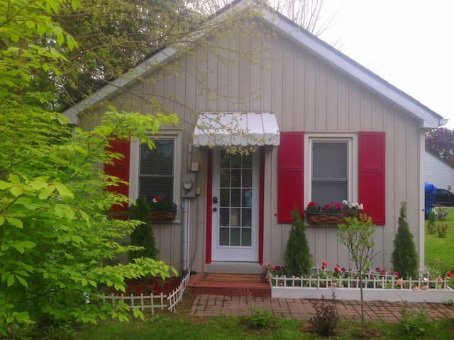 Cozy and Charming Cottage - Walk to Downtown