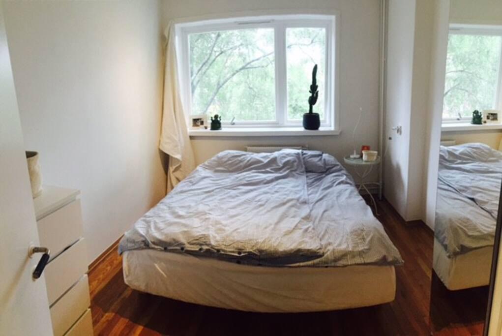 Bedroom with bed 160cm x 200 cm, towards quiet backyard