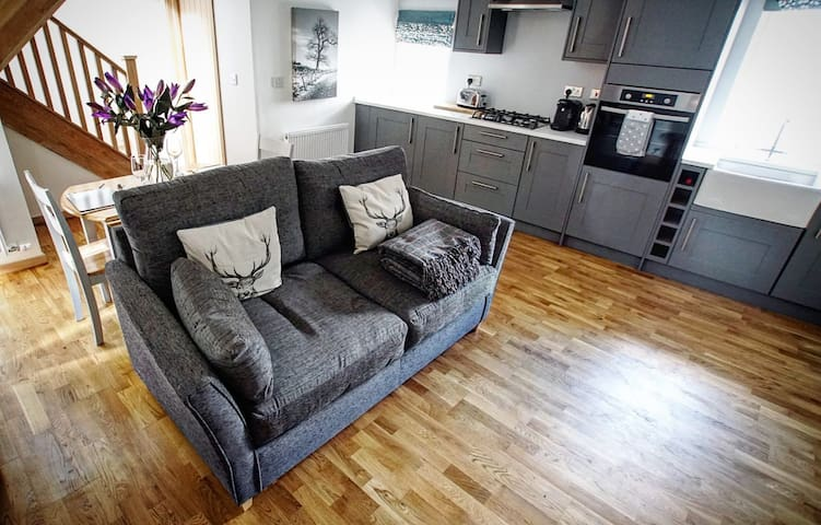 Stylish cottage sleeps 4 with wood fired hot tub.