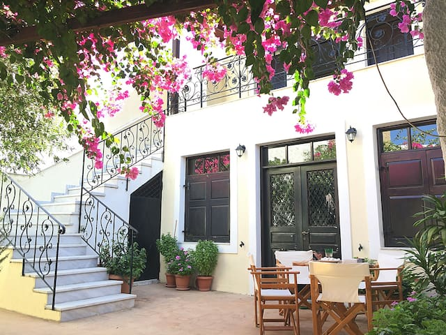 South Crete holiday house with beautiful yard