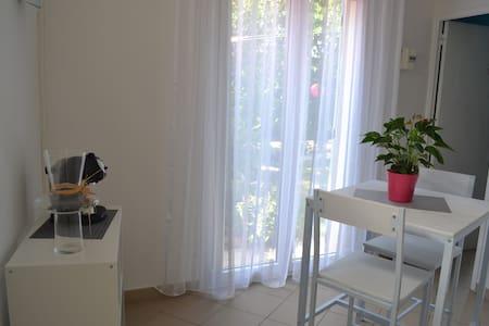 Appartement T1' remis à neuf avec vue sur jardin - Garons - Apartment