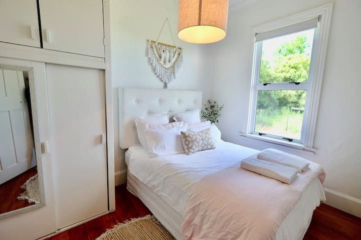 Spacious Queen Bedroom, light and fresh