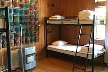 Stort sovrum med 5 våningssängar