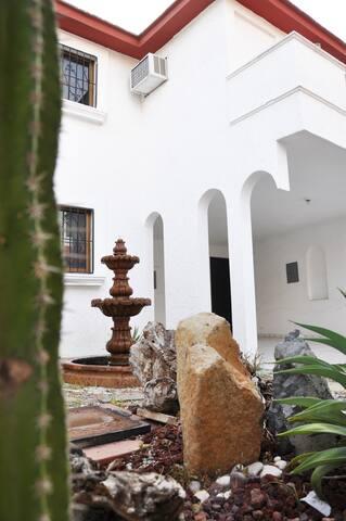 Casa de dos plantas con pequeño balcón en recamara secundaria.
