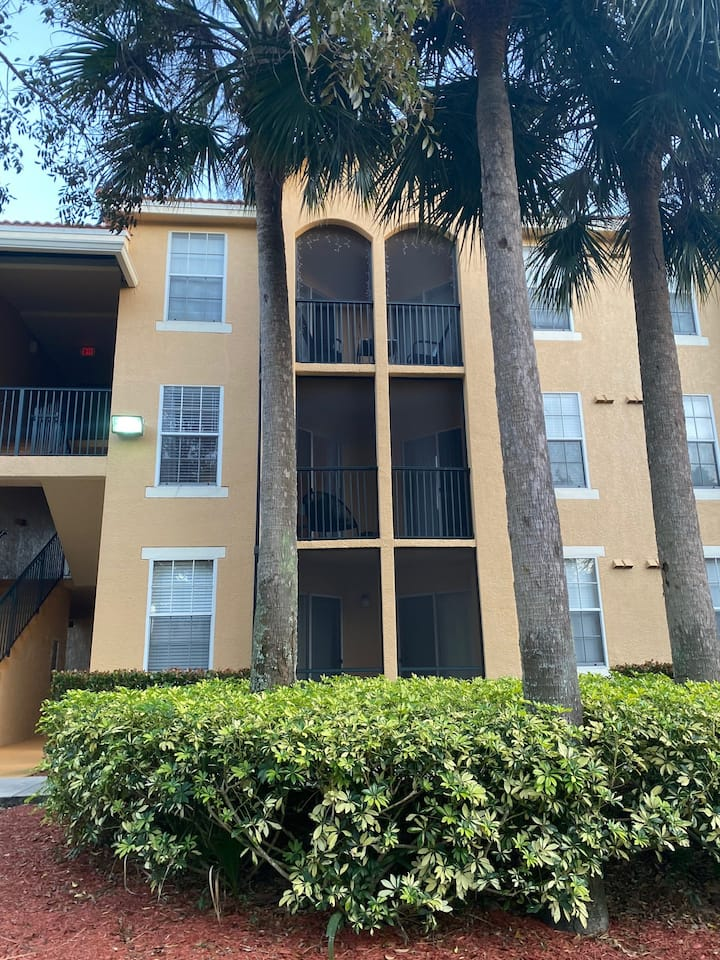 Newly furnished, centrally located 1/1 in Bonita!