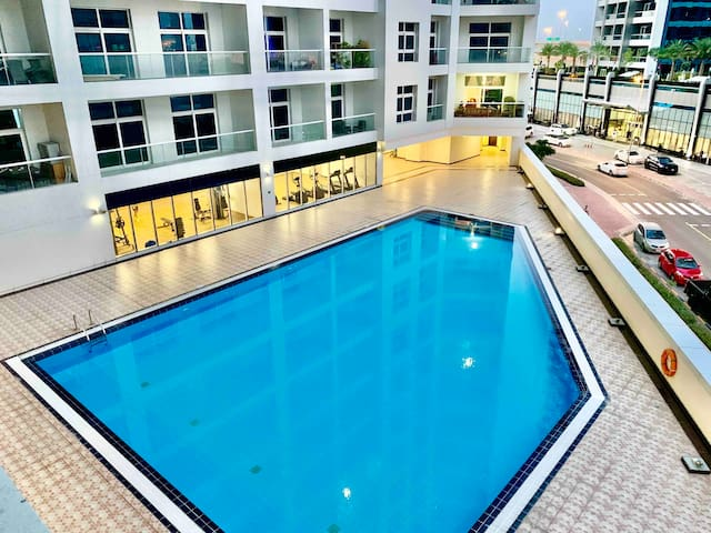 Pool view Furnished Master Room Close to Metro