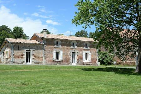 Gîte Guirandole en Dordogne sur un domaine . - Eygurande-et-Gardedeuil