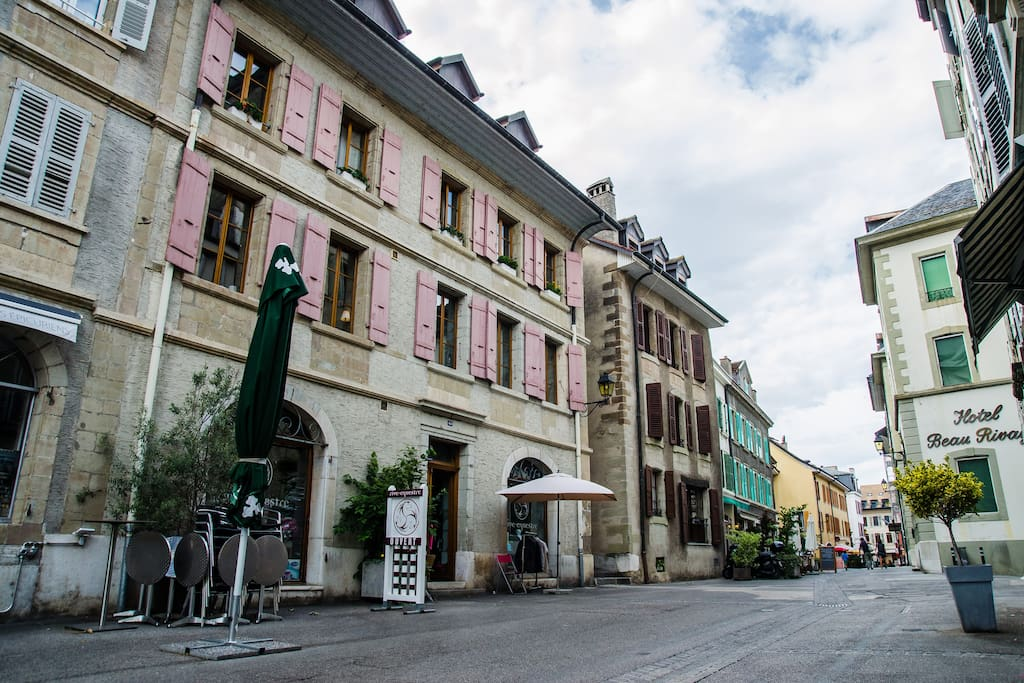 Our apartment is on the 1st floor of this beautiful old building, on a pedestrian street in the Old Town 75 meters from the lake!