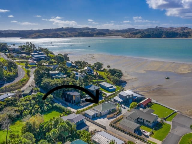 Lorenzen Bay Bungalow - right on the water's edge!